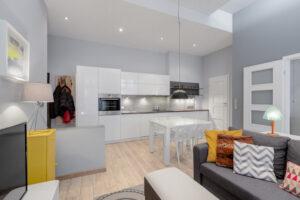 Cuisine ouverte sur le salon : 4 astuces pour optimiser l'aménagement
